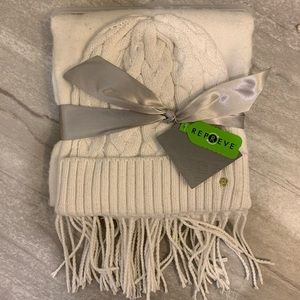Liz Claiborne hat and scarf set in off white